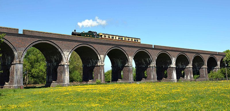 A GWR train steaming across Stanway viaduct.