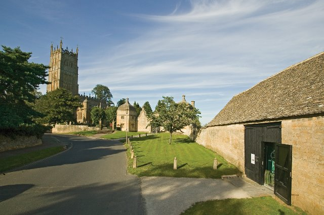 Court Barn Museum (to the right) in Chipping Campden
